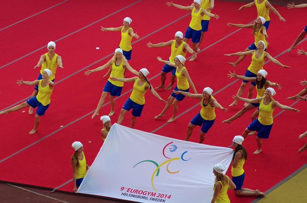 Jeudi 20 juillet, il est temps de prendre congé de l'édition portugaise de l'Eurogym et de prendre rendez-vous pour 2014 à Helsinborg (Suède). On redescend le drapeau, puis c'est la fête. Les gymnastes s'échangent notamment leurs t-shirts. Puis c'est une sarabande endiablée ponctuée par un magnifique feu d'artifice. Merci à nos amis portugais.