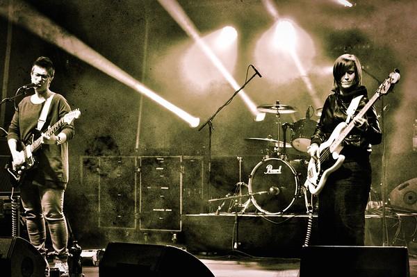 The Narentines sont un power trio féminin de la Tour-de-Peilz et Vevey. Ce groupe est mené par une batteuse vocaliste à la sauce Madchester, une Yougoslave tatouée aux guitares et voix et une bassiste alpine rock'n'roll. Musicalement, leurs compositions allient de l'indie pop-rock au songwriting grunge souvent comparées à L7, Siouxie and the Banshees, Sonic Youth, Warpaint, et même Blondie. Le groupe s'inspire des petites odyssées ordinaires que nous entrepre- nons quotidiennement, mais, il le fait à sa façon et sans compromis.  Clip vidéo : https://www.youtube.com/watch?v=VWpIAMEtrZg  www.thenarentines.com